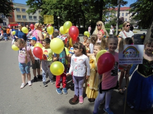 Barwny korowód z okazji Dnia Dziecka